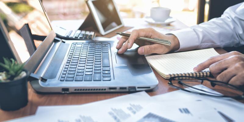 Daten von Erzeugungsanlagen an Laptop prüfen
